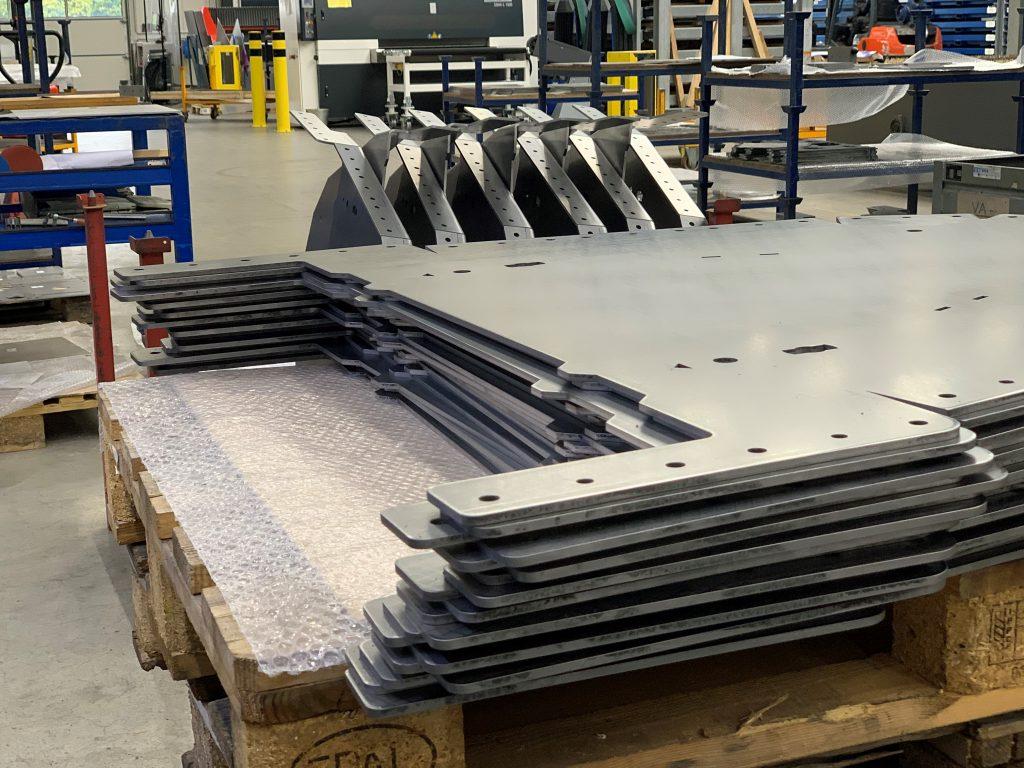 Laserteile aus Edelstahl die als nächste abgekantet werden.